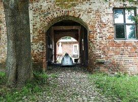 Burg Klempenow Tor.jpg